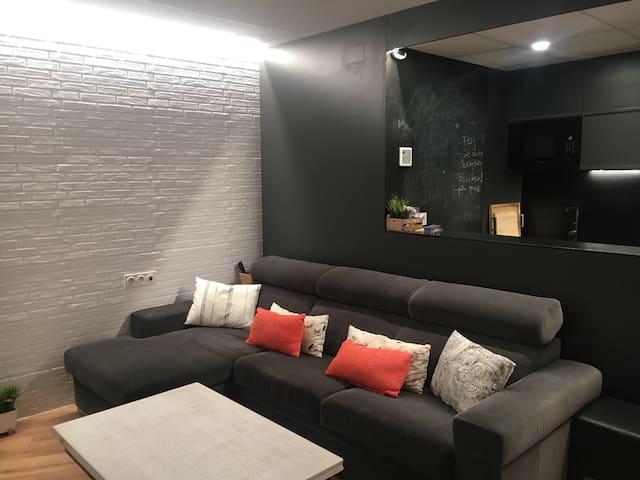 Céntrico y moderno apartamento con garaje.