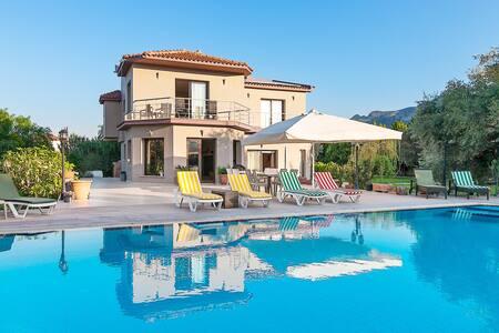 Hera Kyrenia Gardens - Luxurious Villa.