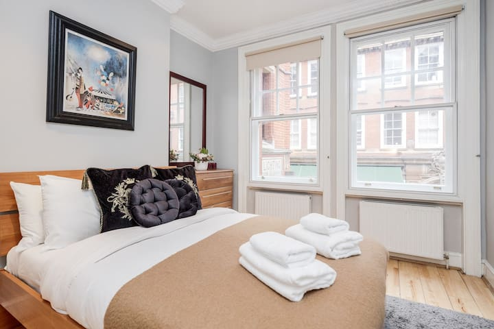 Professionally Cleaned Luxury High St Ken apartment for 4.
