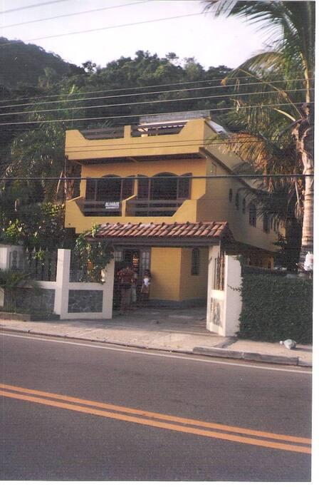 Fachada e entrada principal do condomínio