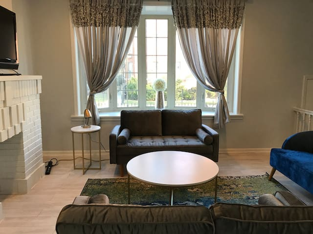 Entire 3 Bed/1.5 Baths Townhome/10 Mins from UofC