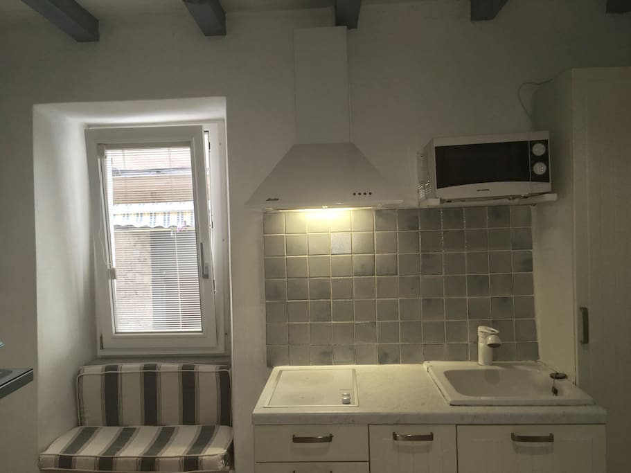Fenêtre oscillante-battante cuisine avec hotte, micro-onde, réfrigérateur