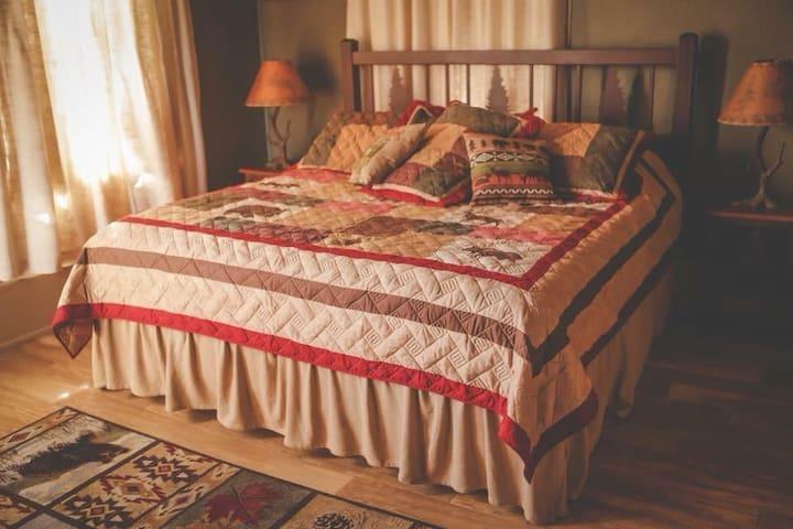 Perkins House Inn 126 yr old Inn-Lodge Room