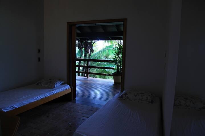 Um quarto às margens do verde e do mar.