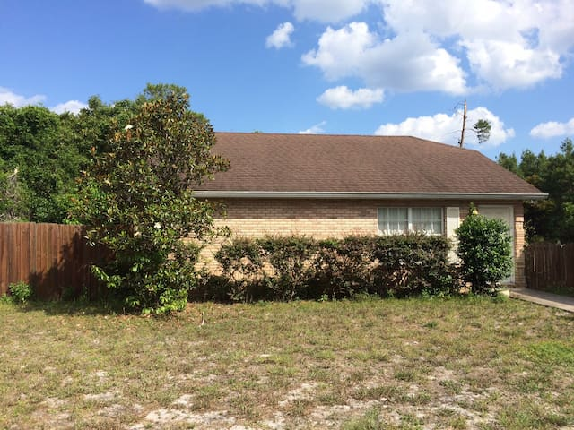 Private in the center of it all - DeBary - House