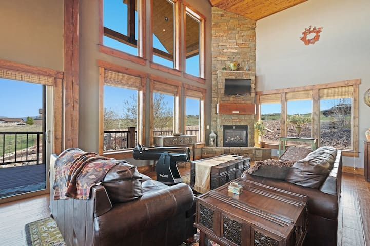 Exquisite mountain lodge by the lake w/ shared pool, hot tub, & sports courts