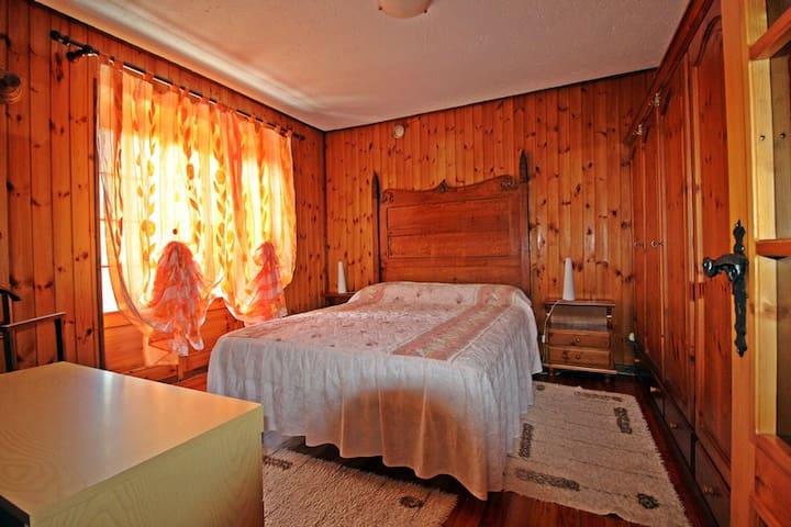 Camera da letto matrimoniale con accesso sul terrazzo. Armadione 6 ante.