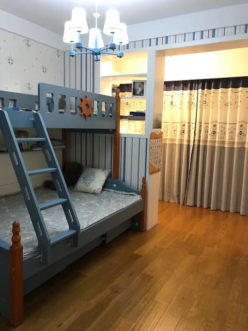 美式风格装修房间有写字台、上下铺、走入式衣柜