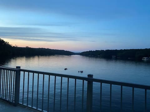 6 BR Waterfront Lakehouse with Private Double Dock