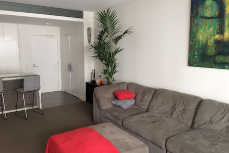 Room in New Apartment, close to the city. - Annandale