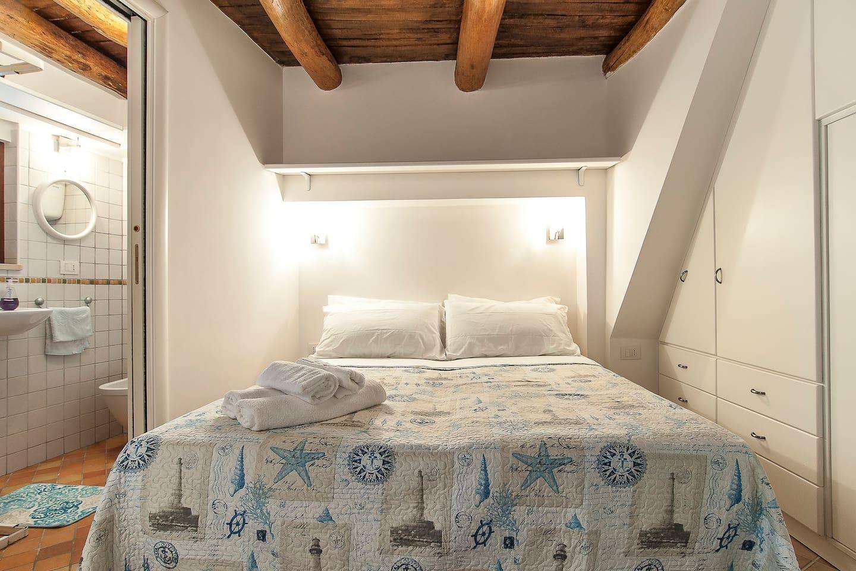 La camera da letto , con la bellissima soffitta di castagno.