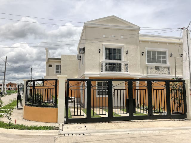2-BR townhouse in Sta Rosa near Enchanted Kingdom
