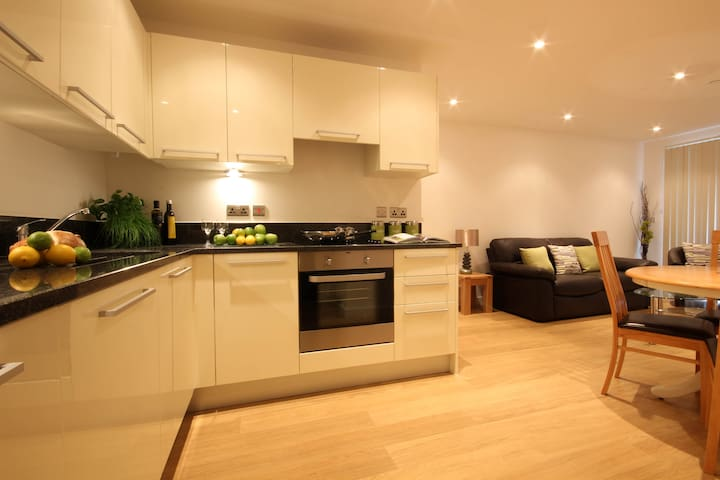 LA Fully Serviced Apartment, Free Wi-Fi, SKY - Slough - Lägenhet