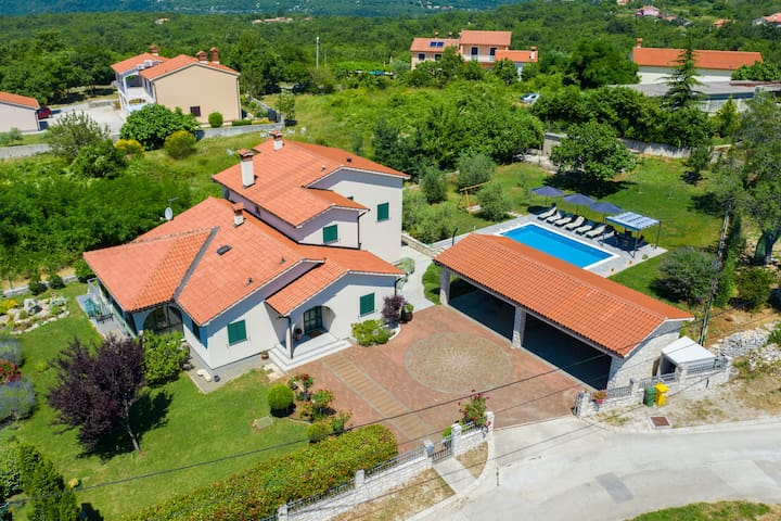 Holiday House OLIVE GROVE with pool and garden