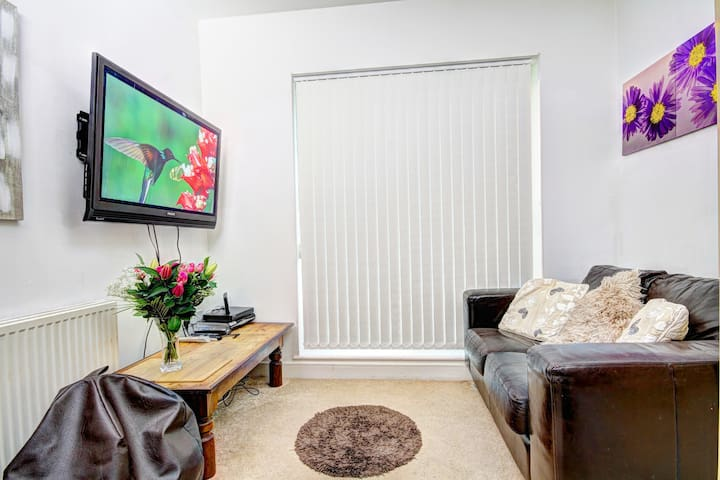 Apartment Available -No. 1 Location - Brentwood - Huoneisto