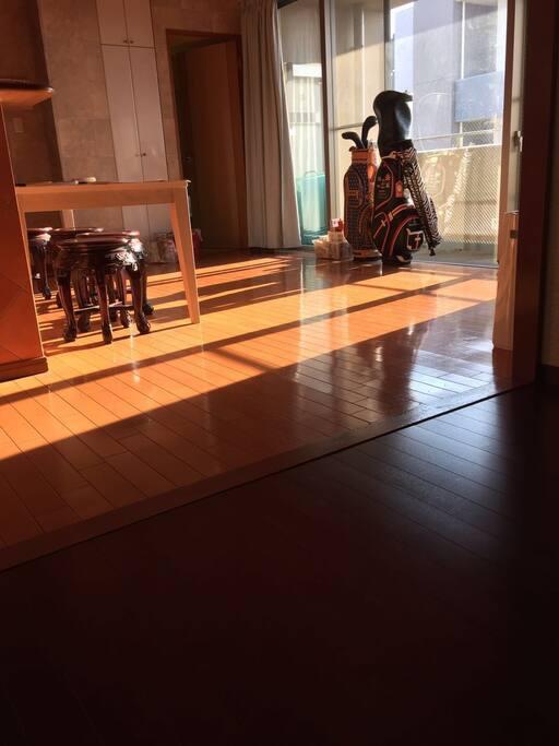 房间宽敞明亮,南方向,大阪市中心,购物中心,吃喝玩乐,南海线的难波点8分钟,梅田站15分电车,道顿堀0分,心斎桥3分,大丸百货6分,高岛屋6分。1间40平方米,独立使用,有洗衣机,密码进入,有电梯,
