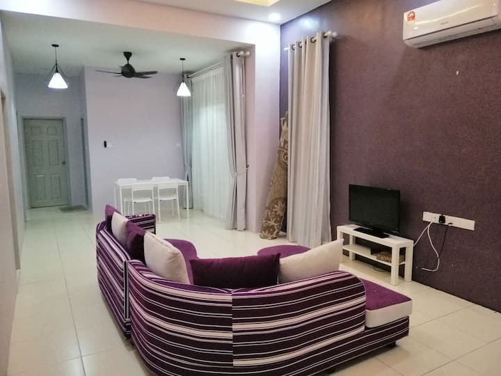 Violet Guesthouse with Fibre Wifi and Astro Beyond