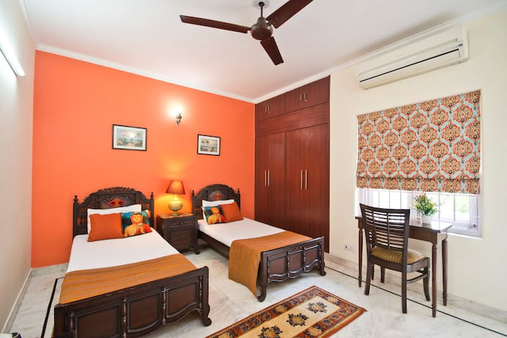 Luxury pvt. room, balcony & kitchen in South Delhi