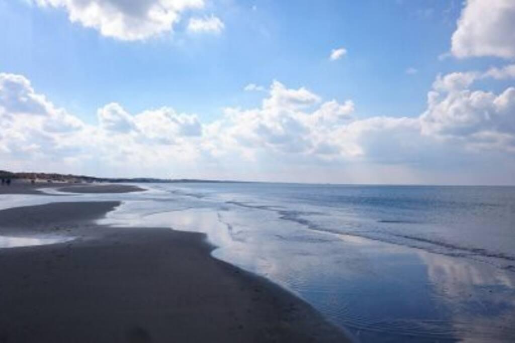 Stranden ligger 10 min gang fra sommerhuset. Vejen til stranden går igennem indlandsklitterne