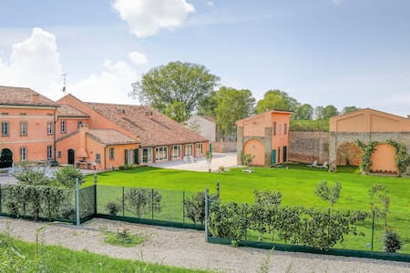 Holiday cottage with 5 bedrooms on 850m² in Borgo Virgilio