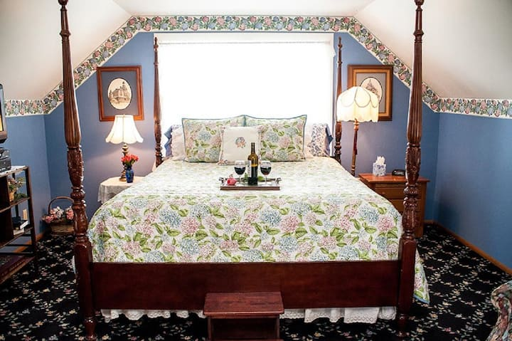 Anchorage Inn - Room #7 - The Crows Nest Suite