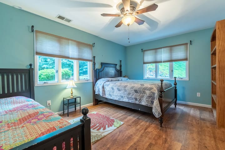 downstairs bed room with queen bed and single trundle bed.