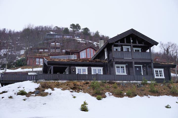 Tømmerhytte på solsiden Strandafjellet  ski in/out - Stranda