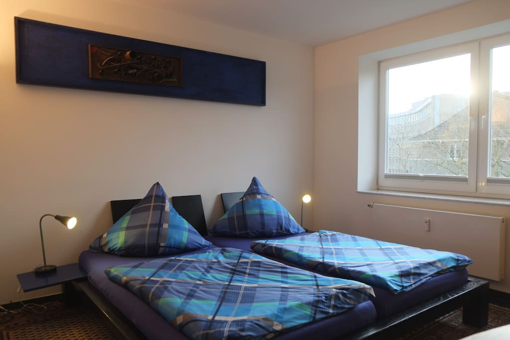großes Doppelbett mit 2 Matratzen je 100 * 200 cm