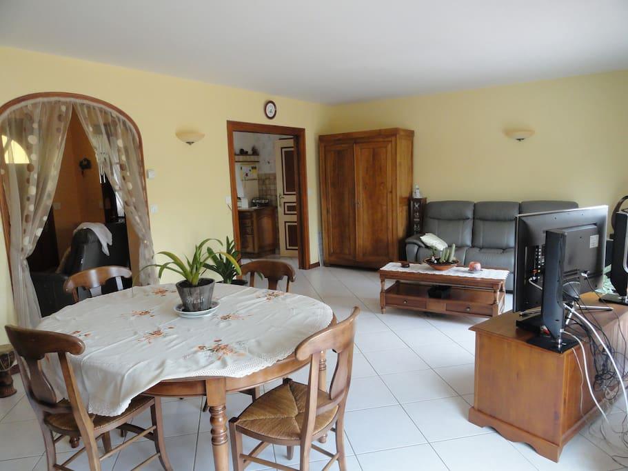 Séjour salon , avec 2 grandes baies vitrées donnant sur terrasse et jardin