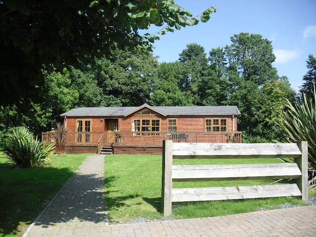 The Robins, Luxury Lodge with South Facing Decking