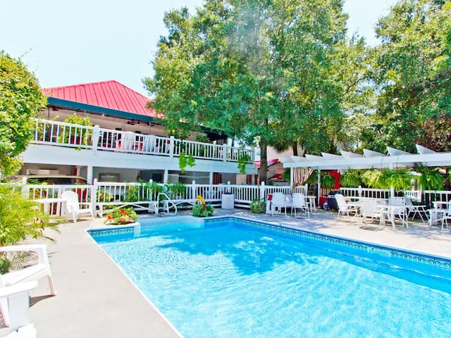Cute Cottage Style Apartment with Shared Pool and only 1.5 Blocks to Beach - Tybreeza B