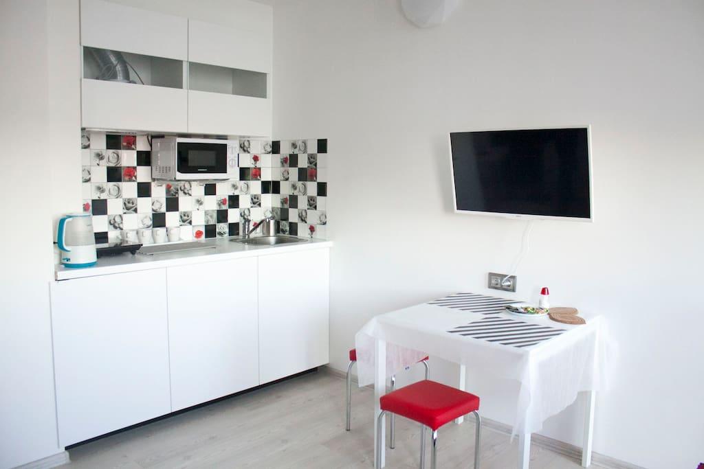 Мини-кухня и большой телевизор Smart TV