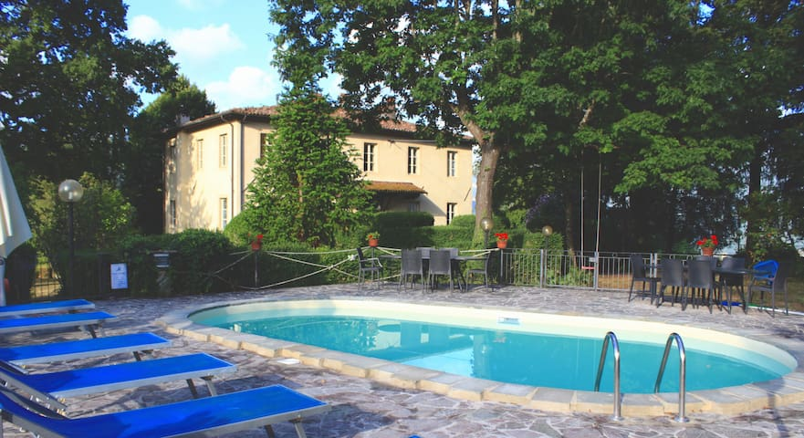 Private 1 BR on grounds of Tuscan villa - Barga - Lägenhet