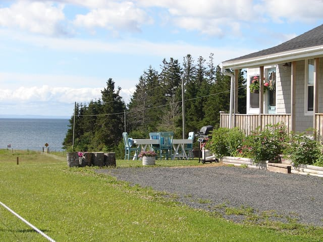 Private 2 bedroom cottage easy walk to the shore