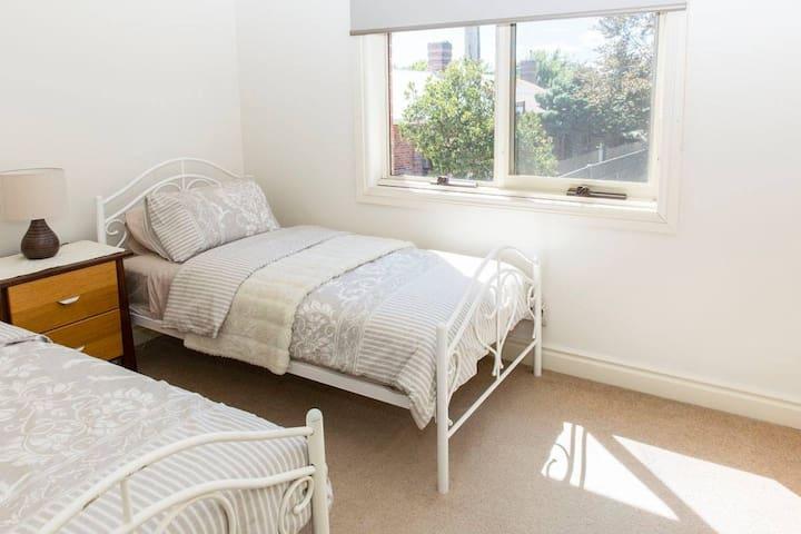 Single room close to CBD - East Launceston - Apartment