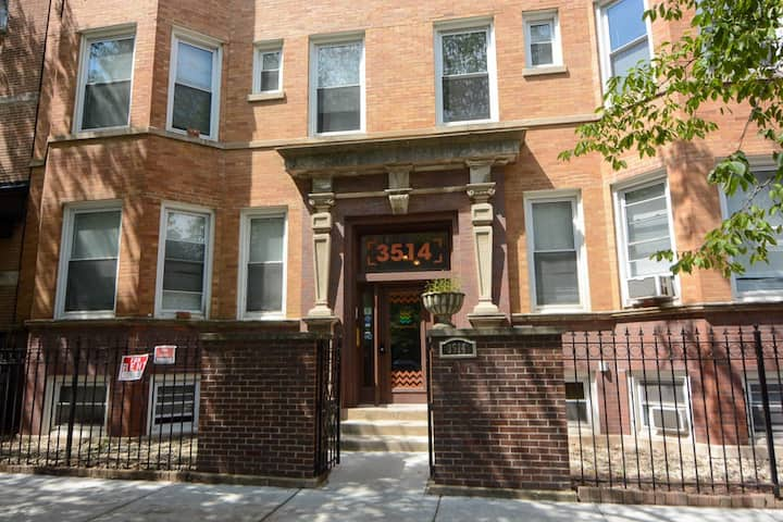 Private Apartment (3 Bdrms) next to Wrigley Field!