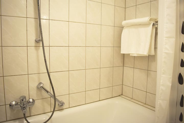 Badezimmer.  --  Bathroom.