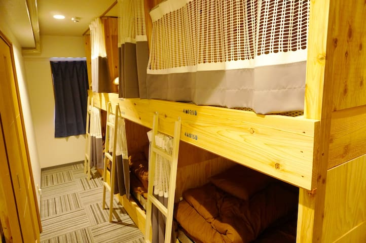 Ladies only (semi-double/ the upper bunk) 女性専用(上)
