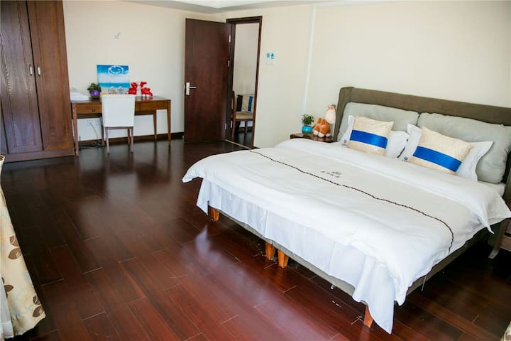 两室一厅套房其中一间卧室