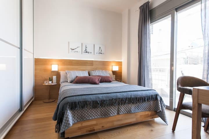 Bedroom with a queen size bed, a closet, access to the main balcony.