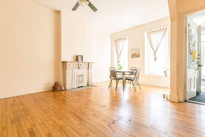 Vibrant 2 bedroom apt in Taylor St. - Chicago - Huoneisto