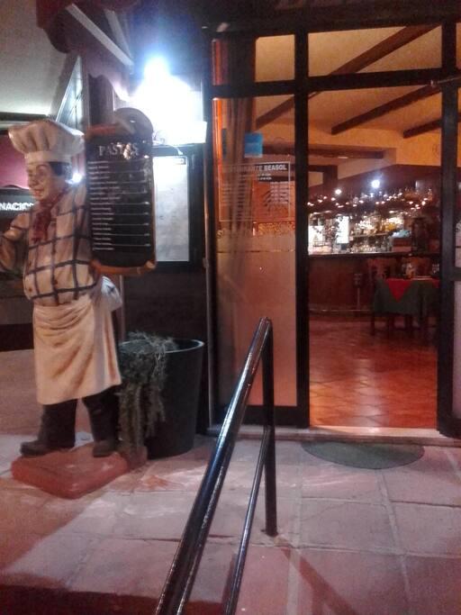 ресторан внизу с отличной испанской кухней