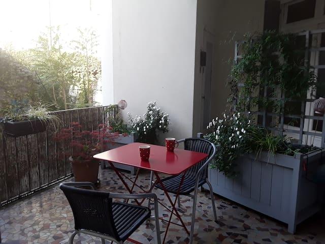 Hyper centre , F2 avec terrasse au calme