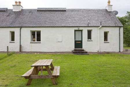 Peaceful, comfortable, well-appointed cottage - Lochcarron