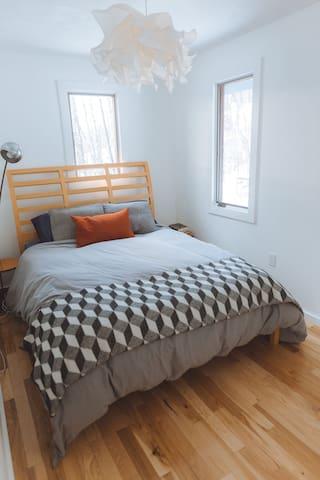 Main bedroom with queen sized memory foam mattress