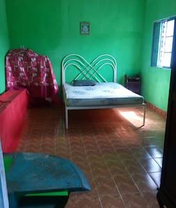 Um quarto simples para uma pessoa que necessita. - Mogi das Cruzes - Talo