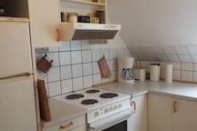 Køkken med det nødvendige til madlavning