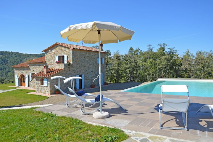 Tuscany villa with pool and solarium. Sleeps 8