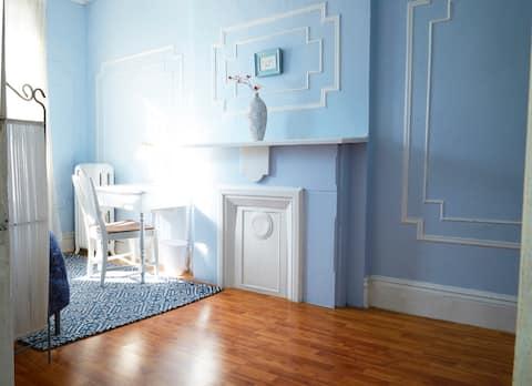 Šarmantna, sunčana soba u umjetničkom stanu