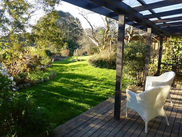 Idyllic Country Garden Hideaway